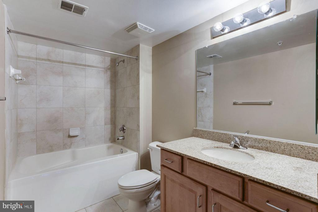MASTER BATHROOM - CERAMIC TILE - 2220 FAIRFAX DR #705, ARLINGTON