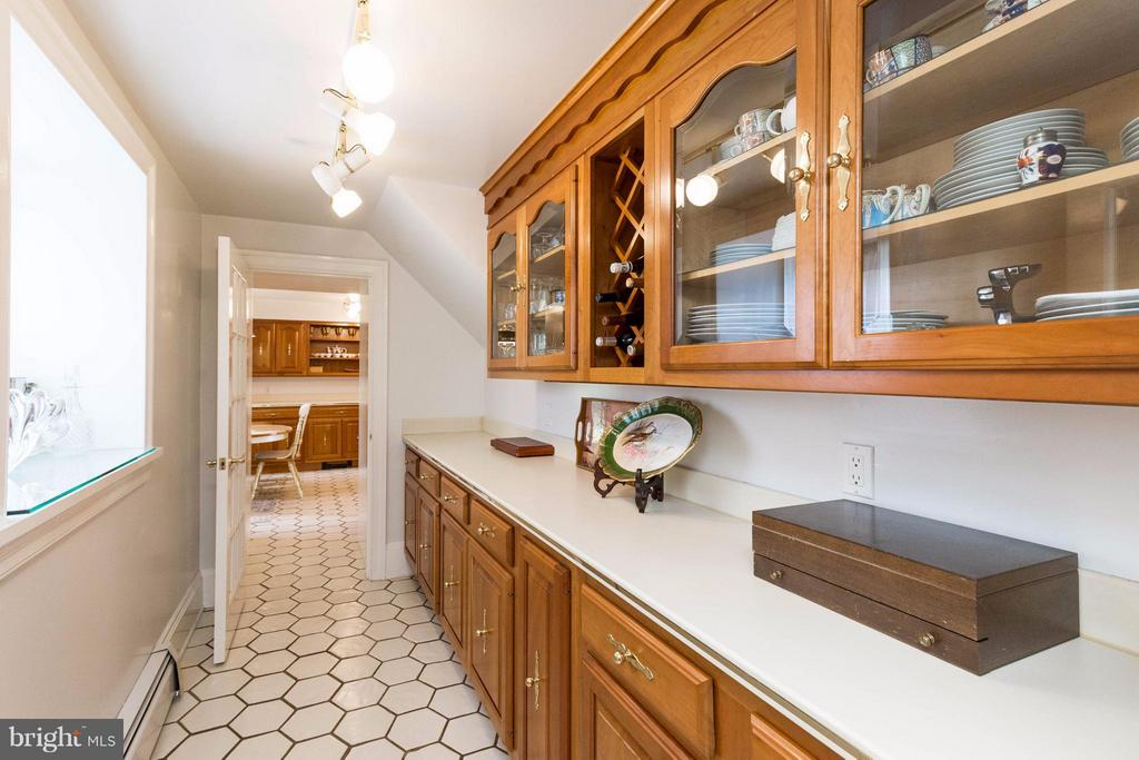 Butlers Pantry - 7570 FALKLAND DR, GAINESVILLE