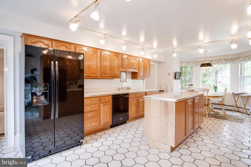 Bright Kitchen w/ Newer Appliances - 7570 FALKLAND DR, GAINESVILLE