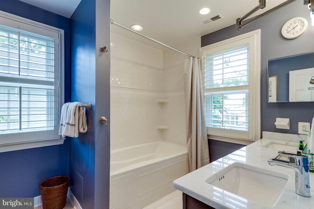 New Granite and double vanity sinks - 411 FONTAINE ST, ALEXANDRIA