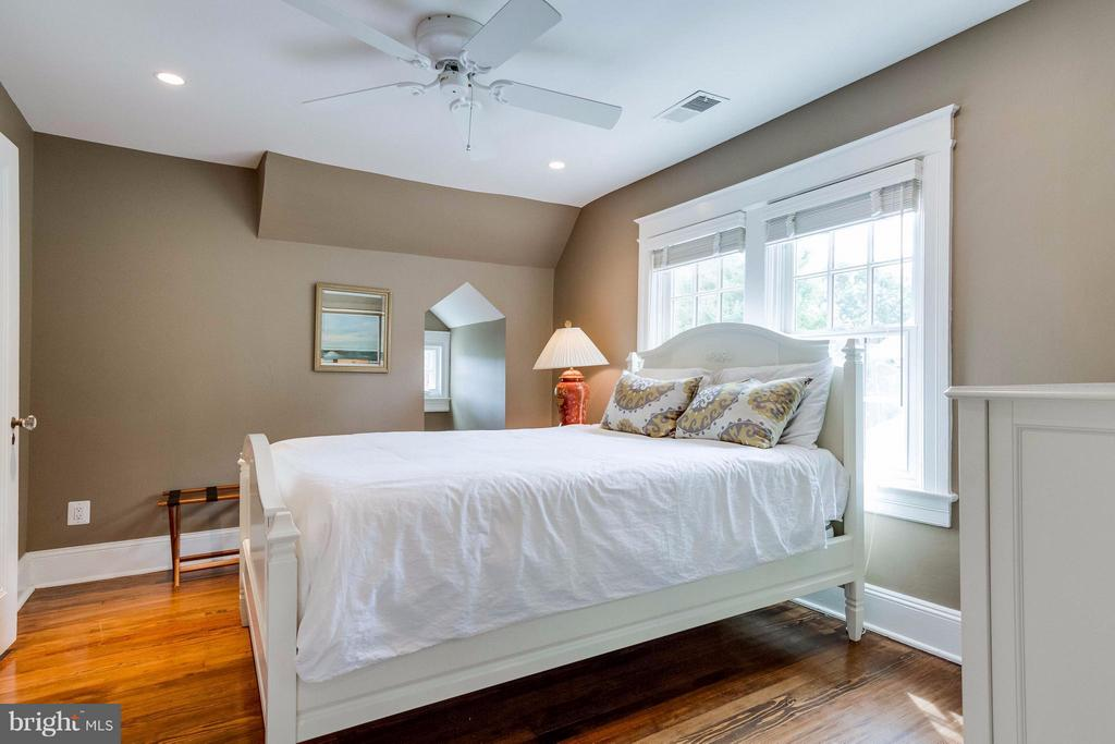 Bedroom with pretty dormer window - 411 FONTAINE ST, ALEXANDRIA