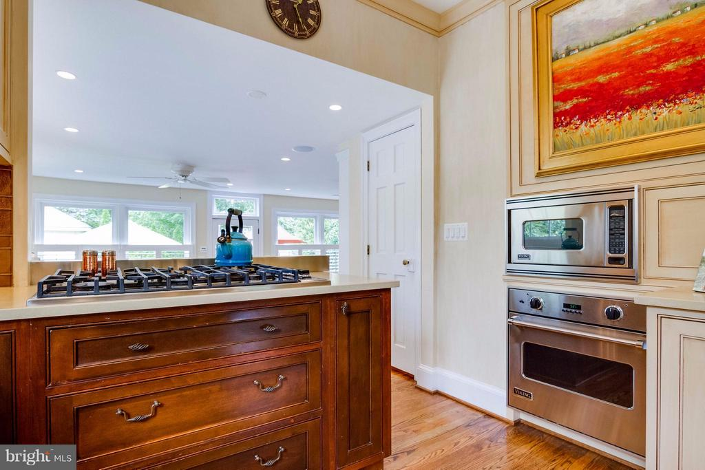 Gourmet Kitchen w all Viking Appliances - 411 FONTAINE ST, ALEXANDRIA