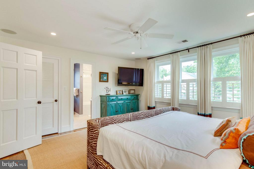 With 2 large walk-in closets - 411 FONTAINE ST, ALEXANDRIA