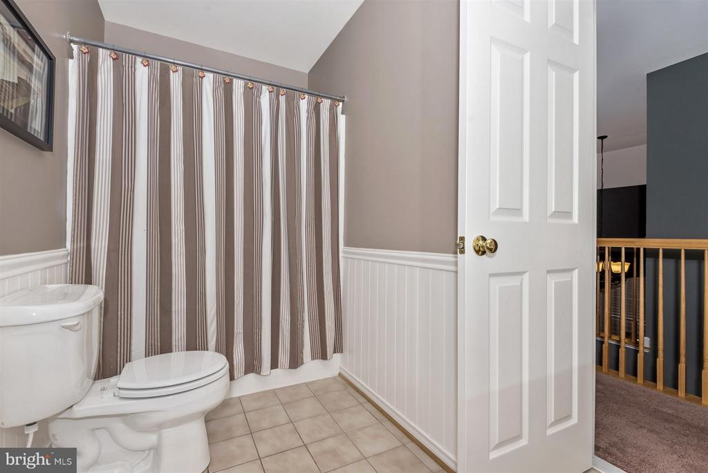 Upper level full bath with wainscoting. - 5903 RIVERWOOD CT, FREDERICK