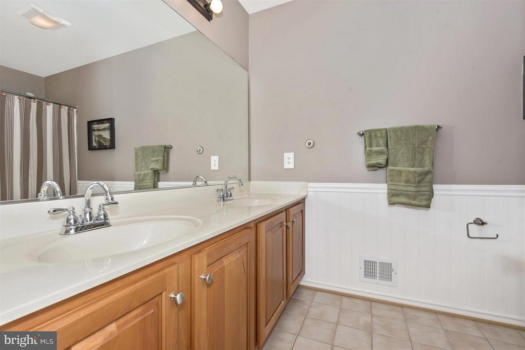 Upper level, hall full bathroom. - 5903 RIVERWOOD CT, FREDERICK