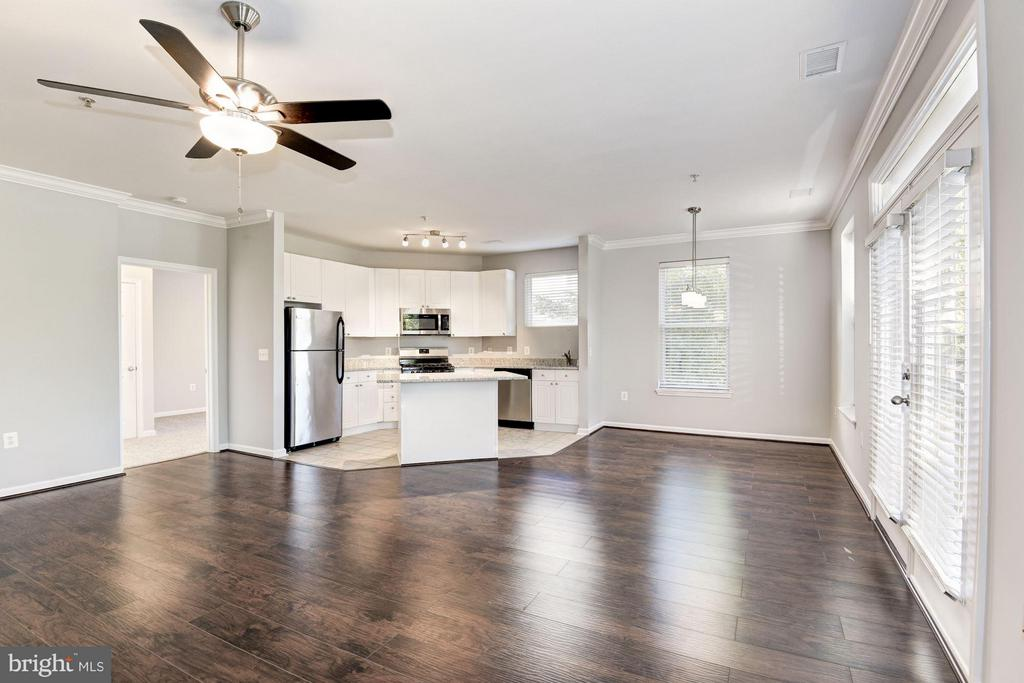 Great living and dining space - 9486 VIRGINIA CENTER BLVD #107, VIENNA