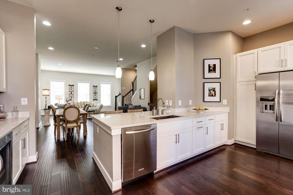 KITCHEN OPENS BEAUTIFULLY TO DINING and LIVING RMS - 622 CUSTIS AVE E, ALEXANDRIA