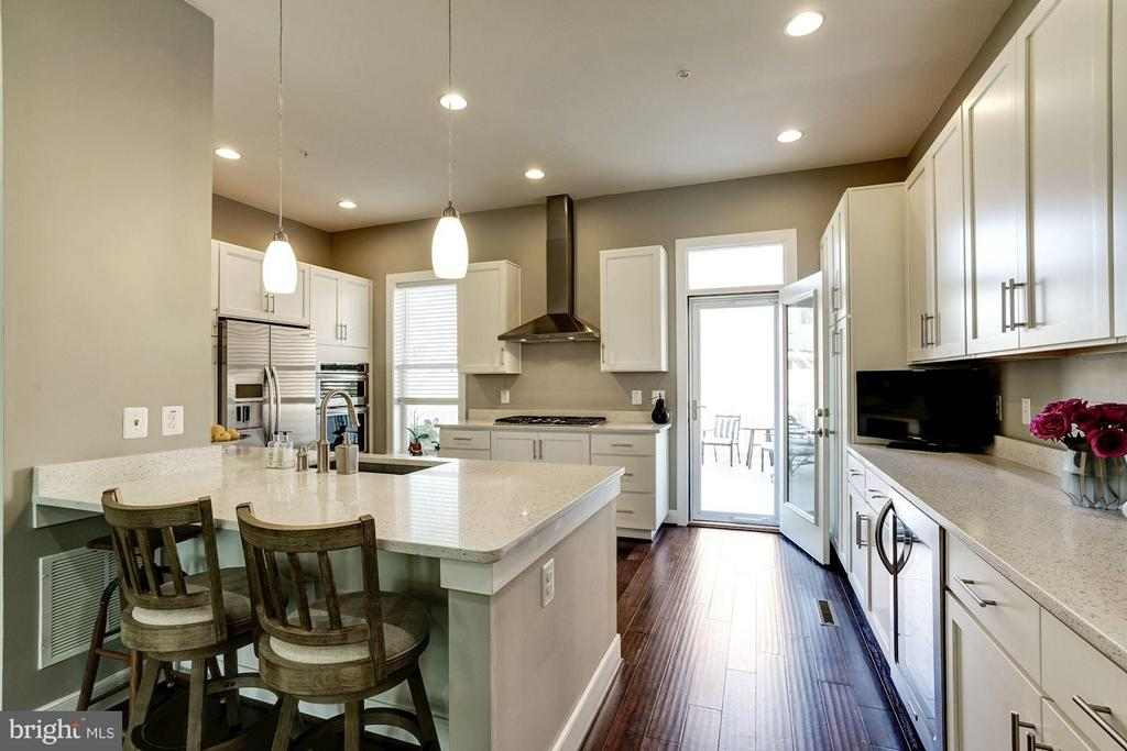 KITCHEN - BREAKFAST BAR for CASUAL DINING - 622 CUSTIS AVE E, ALEXANDRIA