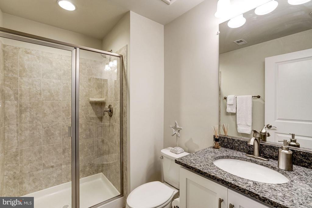 FULL BATHROOM #1 OF 4 - 622 CUSTIS AVE E, ALEXANDRIA