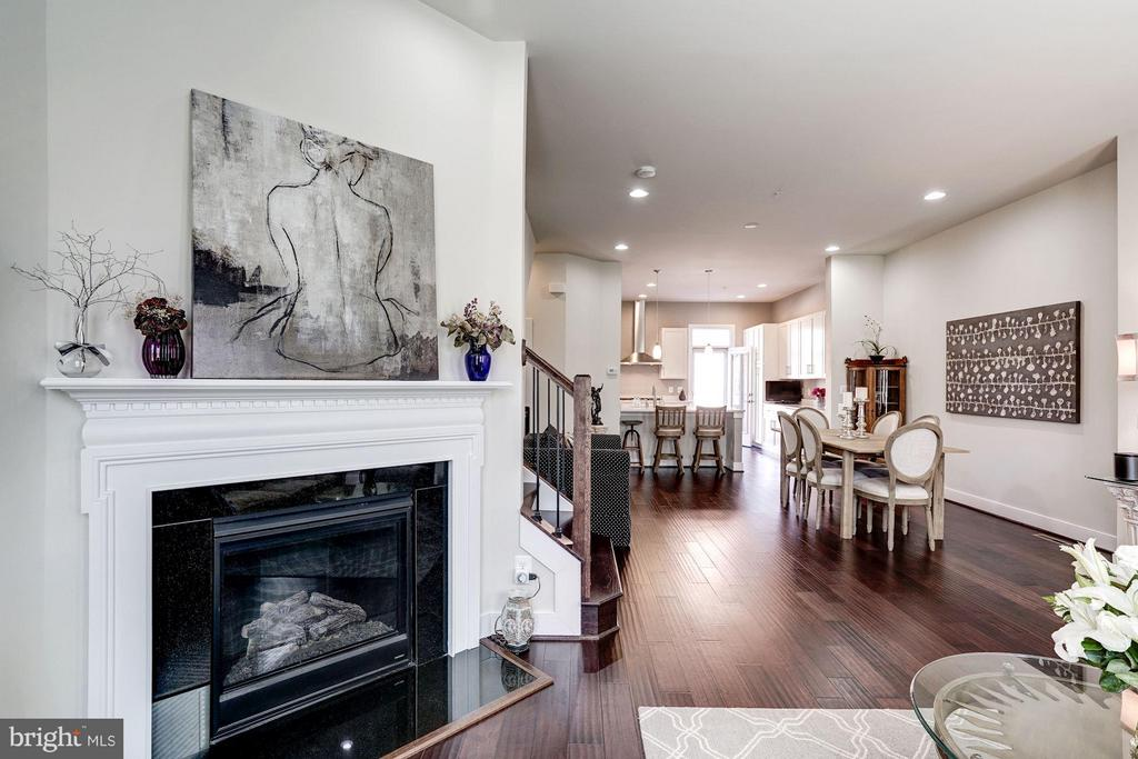 LIVING ROOM OPENS BEAUTIFULLY TO REST OF MAIN LVL - 622 CUSTIS AVE E, ALEXANDRIA
