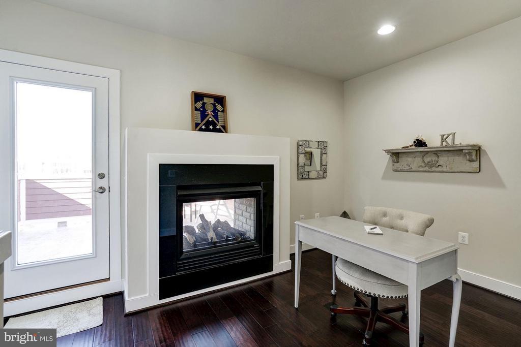 FAMILY ROOM / HOME OFFICE / READING NOOK - 622 CUSTIS AVE E, ALEXANDRIA