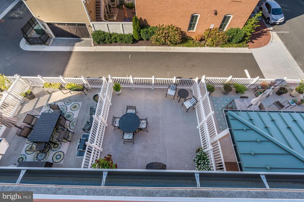VIEW OF 2ND FLOOR PATIO FROM 4TH FLOOR ROOFTOP - 622 CUSTIS AVE E, ALEXANDRIA