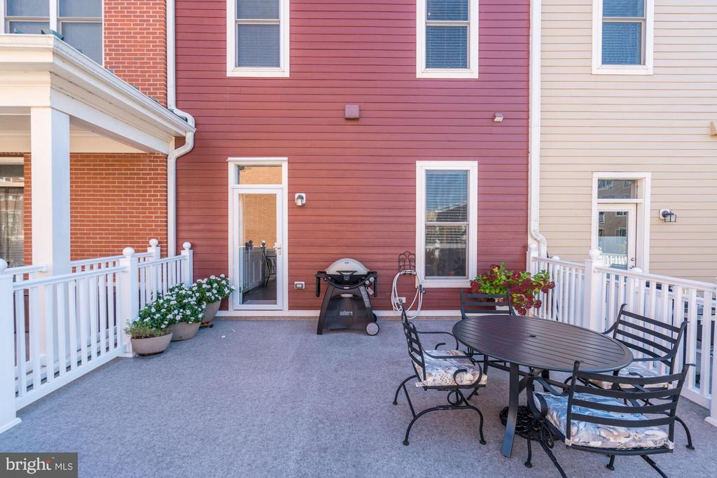 OUTDOOR PATIO LOCATED CONVENIENTLY OFF KITCHEN - 622 CUSTIS AVE E, ALEXANDRIA
