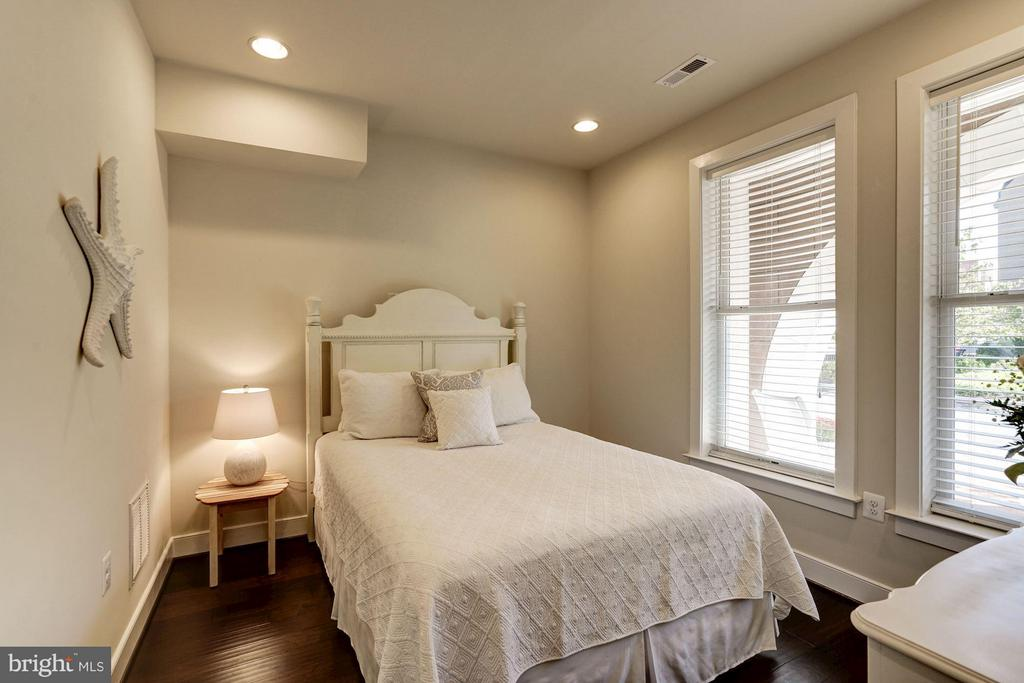 BEDROOM #3 - LOCATED ON MAIN ENTRANCE LVL OF HOME - 622 CUSTIS AVE E, ALEXANDRIA