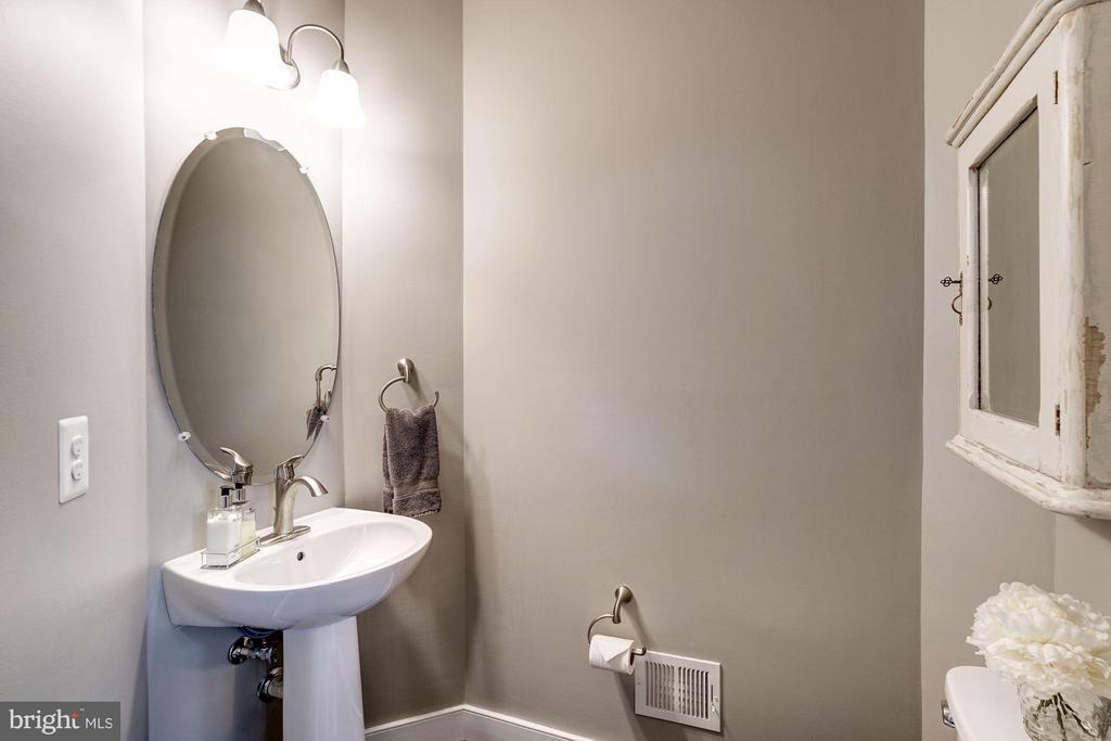 HALF BATHROOM - 622 CUSTIS AVE E, ALEXANDRIA