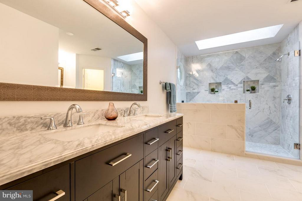 Remodeled master bathroom w/ carrara marble vanity - 12105 METCALF CIR, FAIRFAX