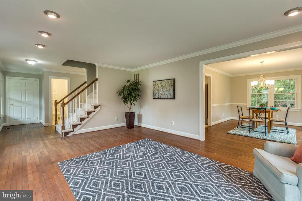 Lovely entry way yields to large living room - 12105 METCALF CIR, FAIRFAX