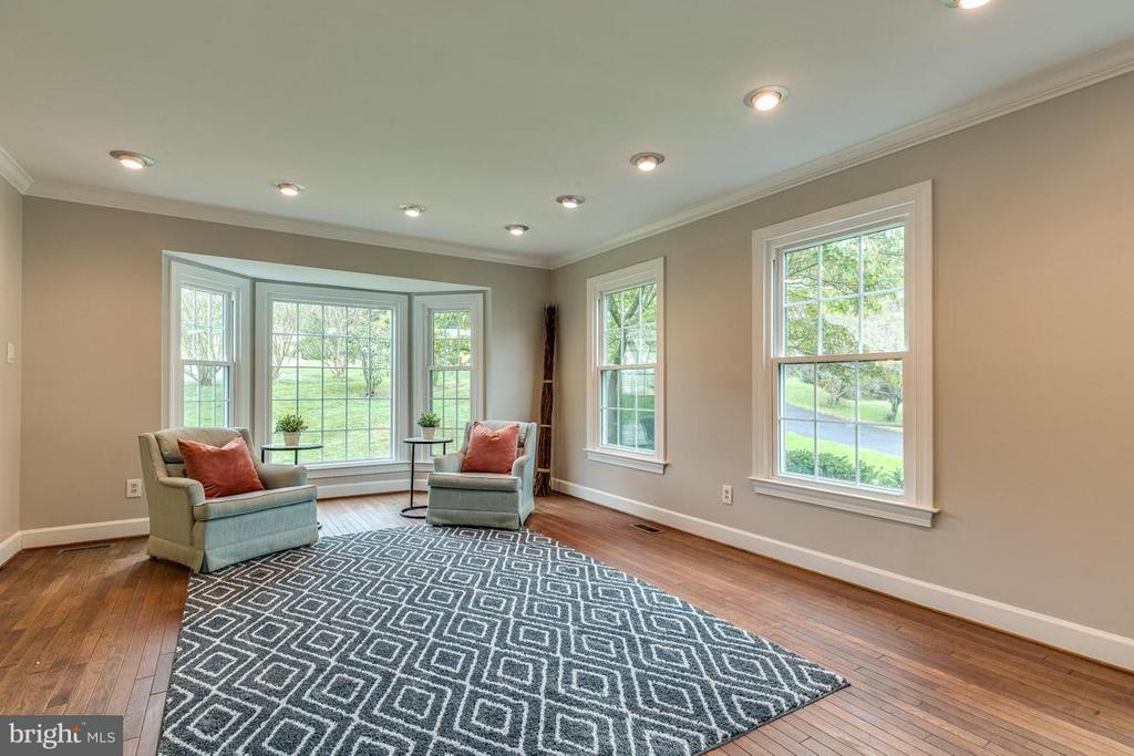 Large living room features bay window - 12105 METCALF CIR, FAIRFAX