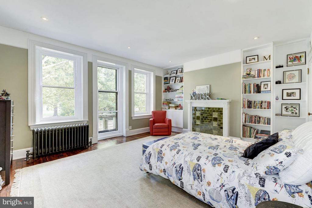 Huge front bedroom with balcony overlooks the park - 1115 EAST CAPITOL ST SE, WASHINGTON