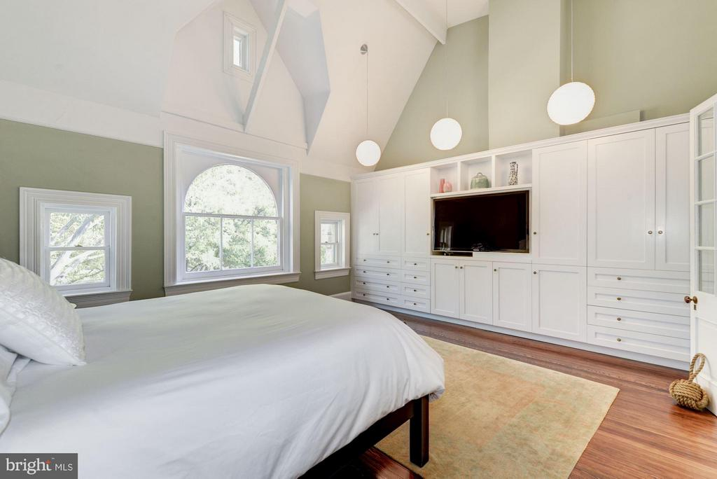 Huge master bedroom with custom built ins. - 1115 EAST CAPITOL ST SE, WASHINGTON