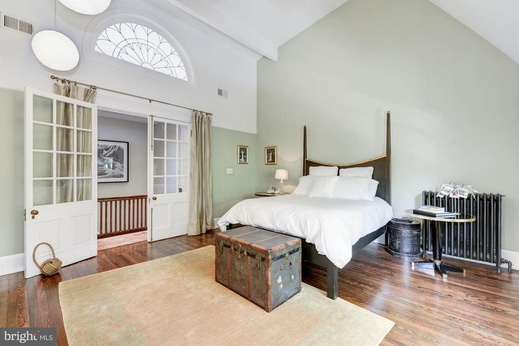 High vaulted ceilings in the Master bedroom - 1115 EAST CAPITOL ST SE, WASHINGTON