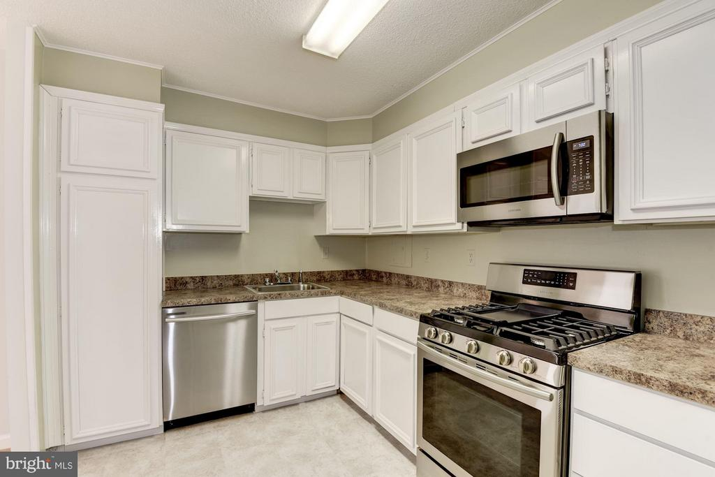 Freshly painted and updated kitchen - 1300 ARMY NAVY DR #630, ARLINGTON