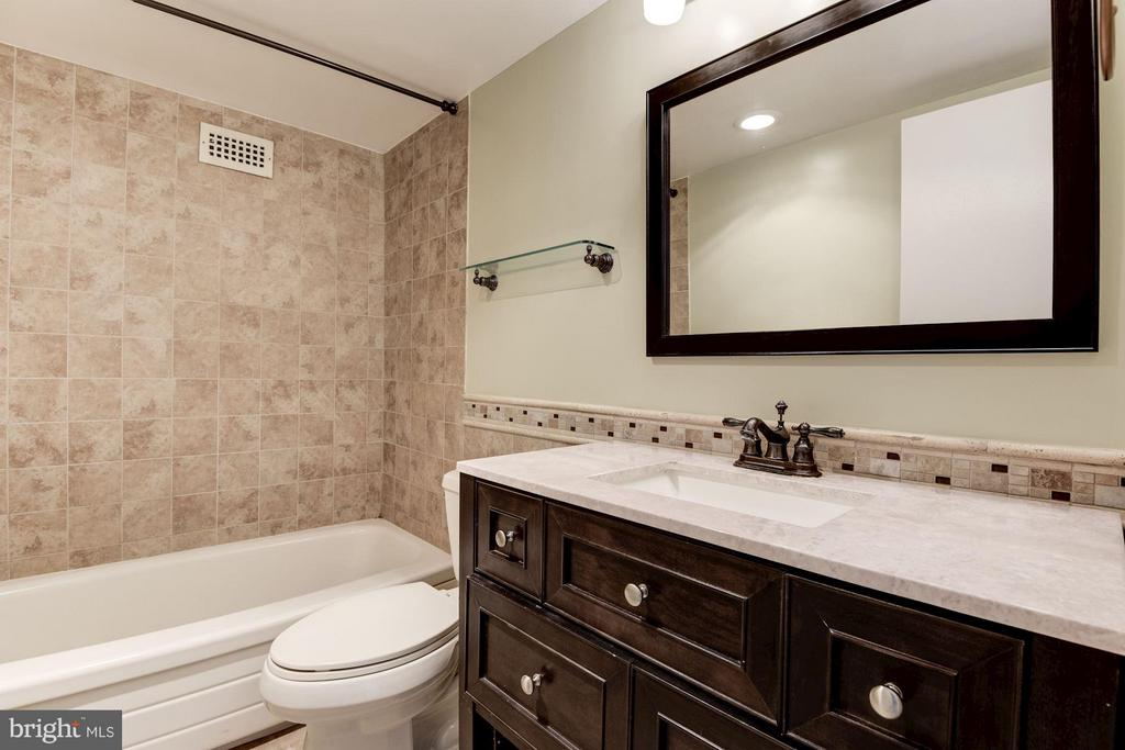 Updated bath, freshly painted - 1300 ARMY NAVY DR #630, ARLINGTON