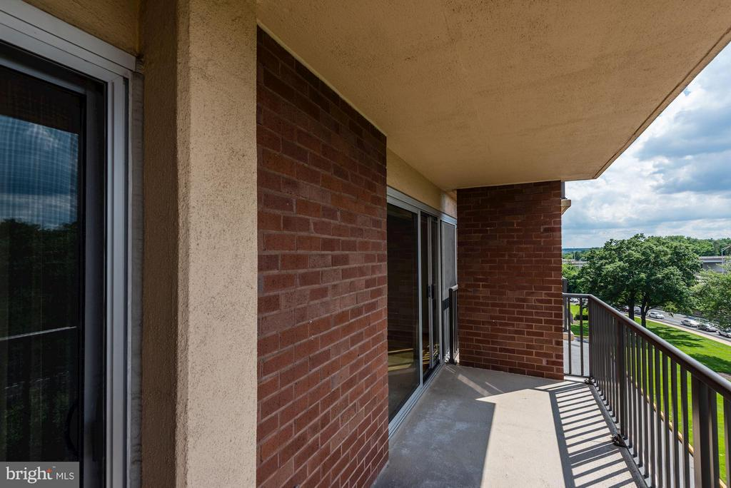 Huge and spacious patio - 1300 ARMY NAVY DR #630, ARLINGTON
