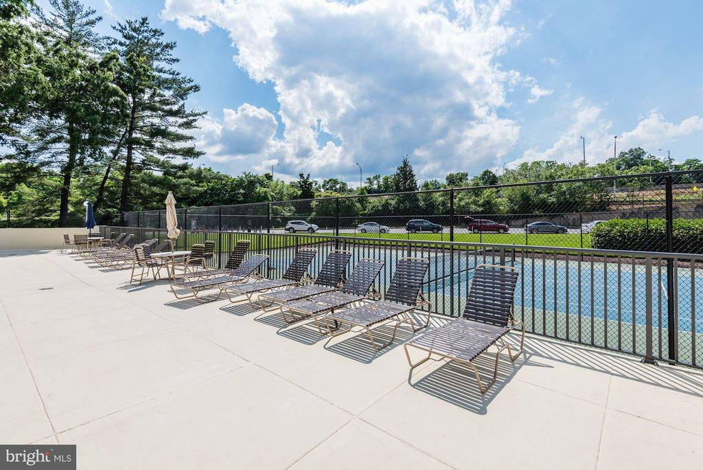 Sun deck facing tennis courts - 1300 ARMY NAVY DR #630, ARLINGTON