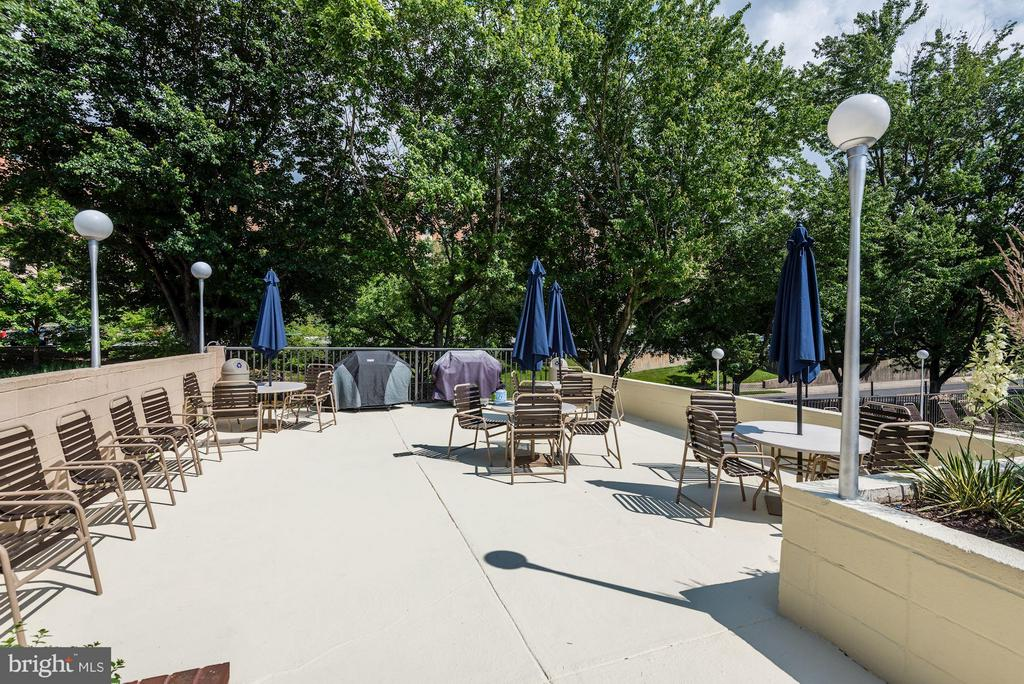 Plenty of space for entertaining - 1300 ARMY NAVY DR #630, ARLINGTON