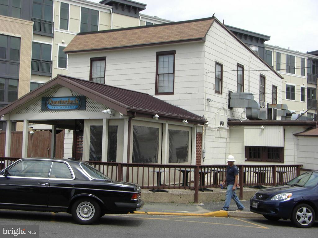 Quarterdeck, well known neighborhood restaurant - 1200 NASH ST #857, ARLINGTON