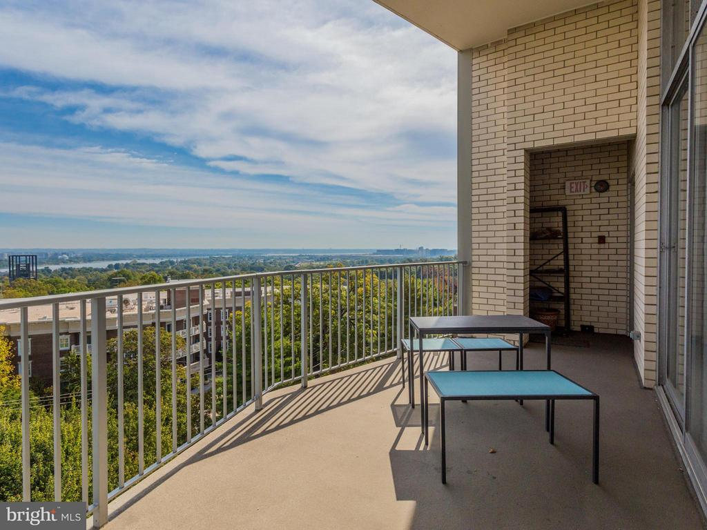 Spacious balcony overlooks view - 1200 NASH ST #857, ARLINGTON