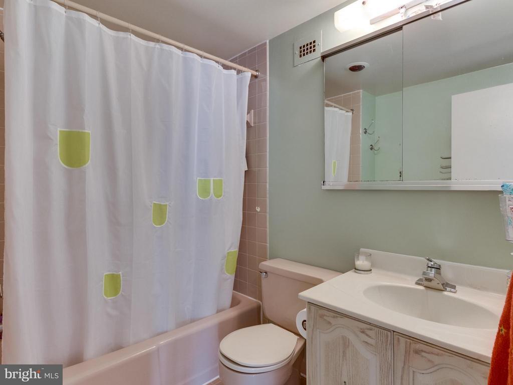 Bath - 1200 NASH ST #857, ARLINGTON