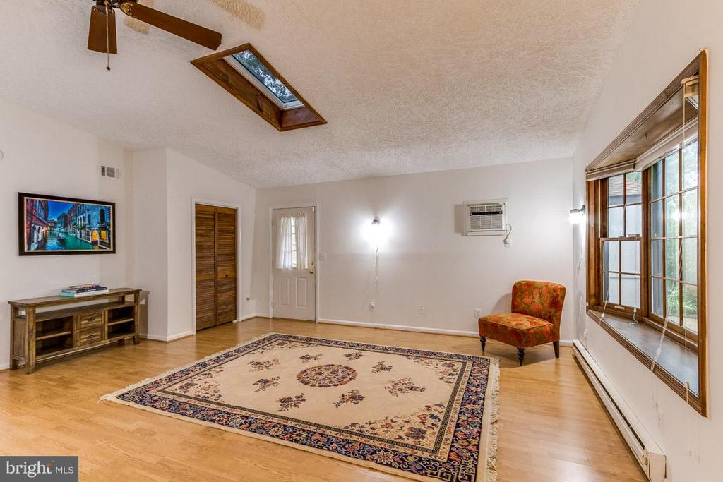 Master bedroom or large family room - your call! - 4518 EVANSDALE RD, WOODBRIDGE
