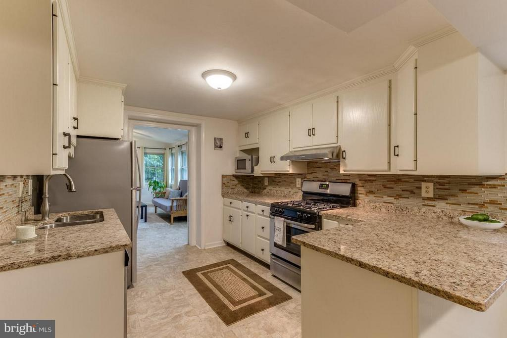 Wooden cabinets and brand new granite counters - 4518 EVANSDALE RD, WOODBRIDGE