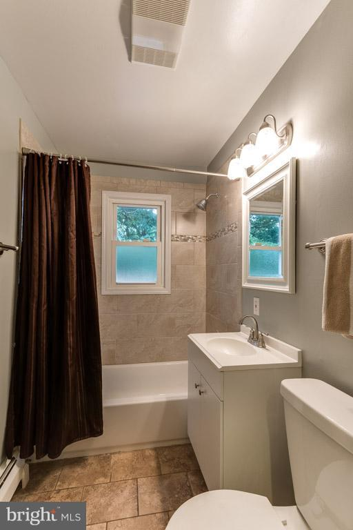 Main level bathroom with ceramic tile & window - 4518 EVANSDALE RD, WOODBRIDGE