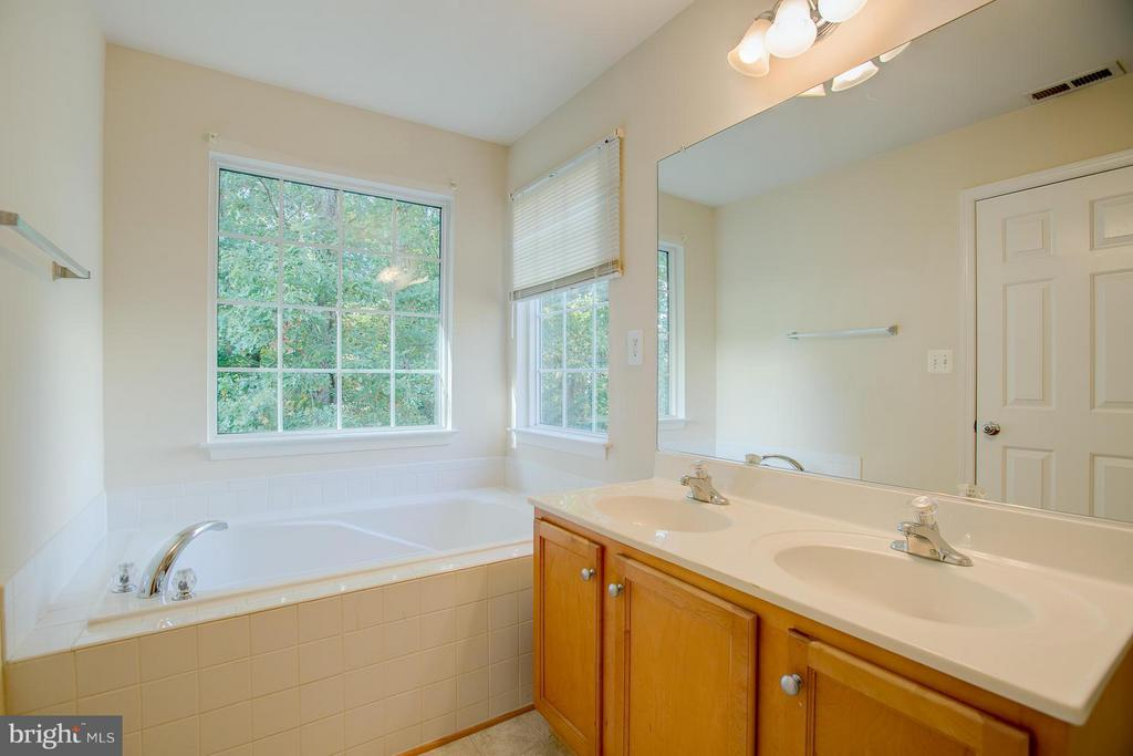 Large soaking tub - 4328 NORMANDY CT, FREDERICKSBURG