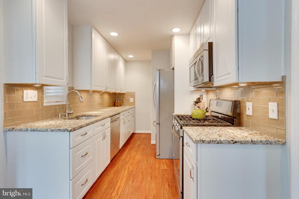 Kitchen with granite counters - 1407 COLUMBUS ST S, ARLINGTON