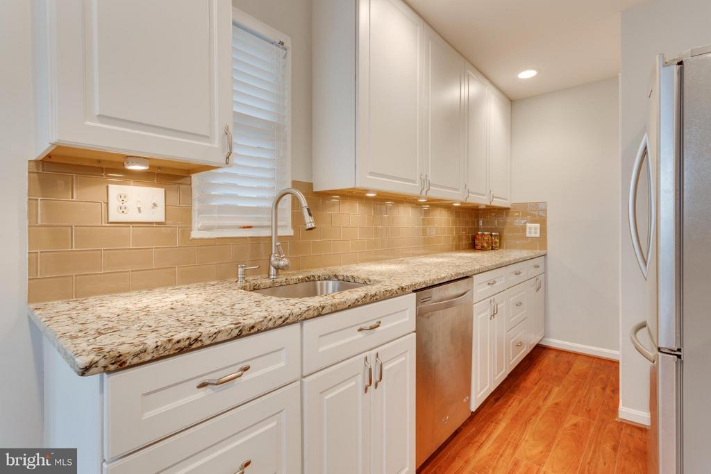 Kitchen with under cabinet lighting - 1407 COLUMBUS ST S, ARLINGTON
