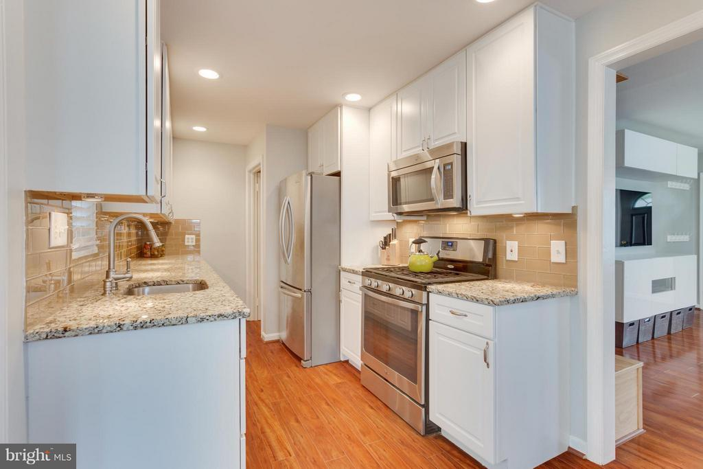 Kitchen with stainless steel appliances - 1407 COLUMBUS ST S, ARLINGTON