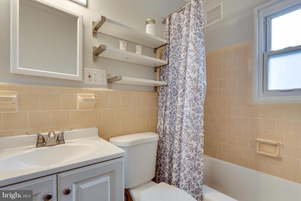 Full Bath on main level - 1407 COLUMBUS ST S, ARLINGTON