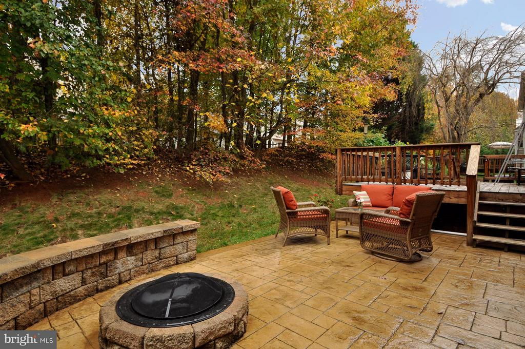 Built-In Fire Pit and Sitting Wall - 3 JUSTIN CT, STAFFORD
