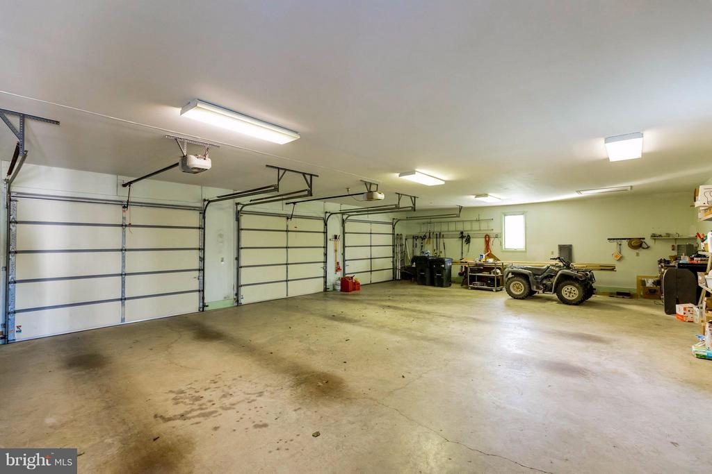 Spacious Oversized 42' x 30' Three Car Garage - 38242 MILLSTONE DR, PURCELLVILLE