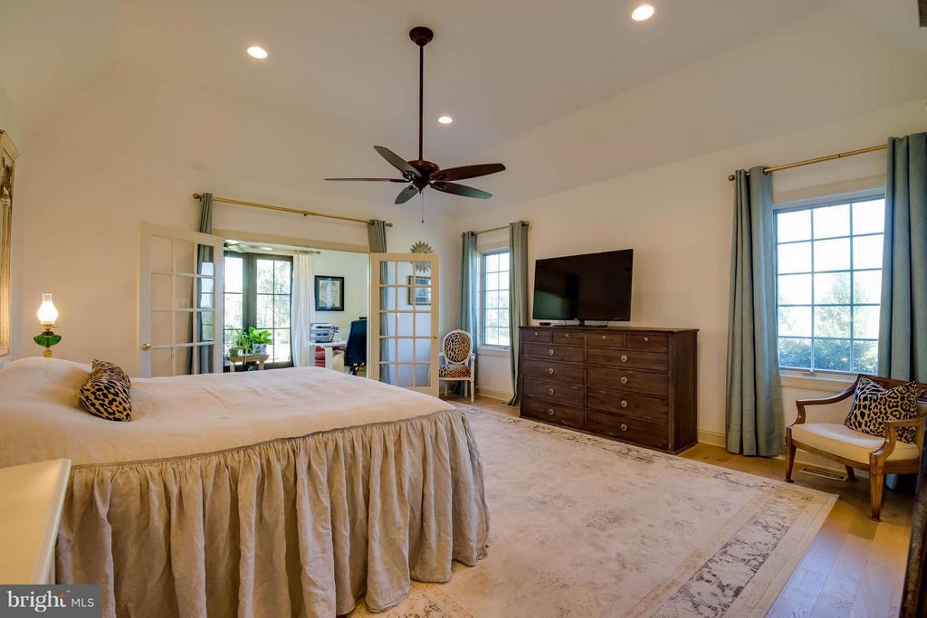 Main Floor Master Suite - 38242 MILLSTONE DR, PURCELLVILLE