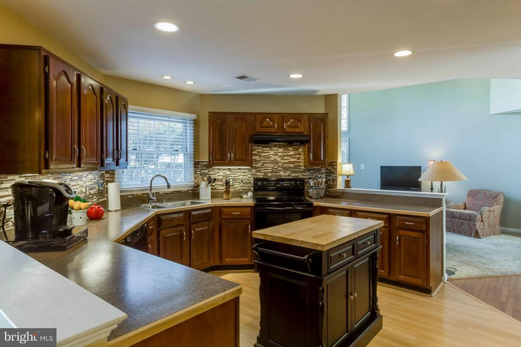 Kitchen convenient location off family room - 6 APPLING RD, STAFFORD