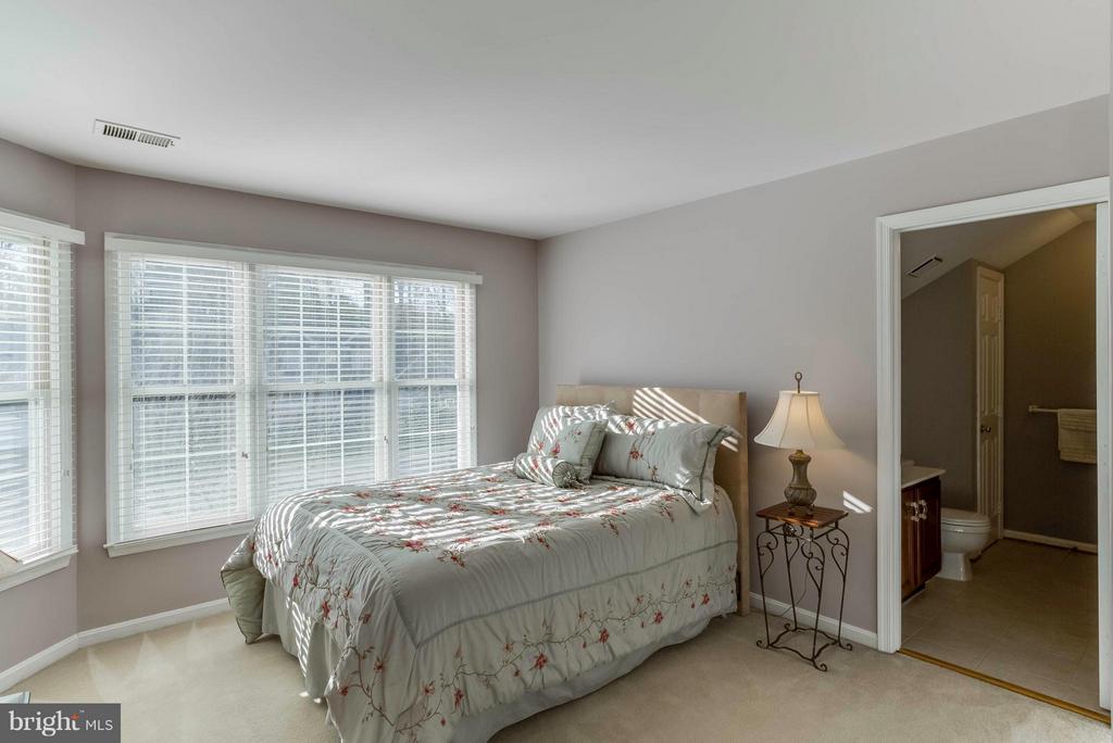 Bedroom 1 upstairs w/it's own full bath - 6 APPLING RD, STAFFORD