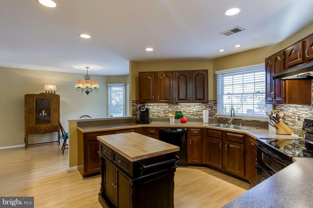 Kitchen features ample cabinets, counter tops - 6 APPLING RD, STAFFORD
