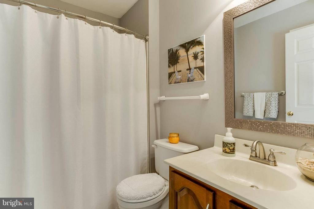 Upstairs bath between bed 2 and 3 - 6 APPLING RD, STAFFORD