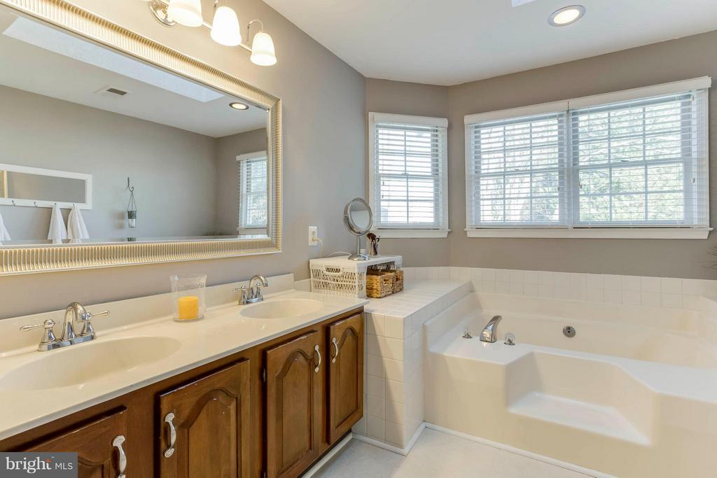 Master bath double sink, sunk in tub, shower - 6 APPLING RD, STAFFORD