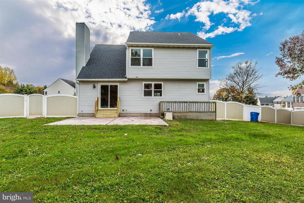 Fenced rear yard. - 8 TANEY CT, TANEYTOWN